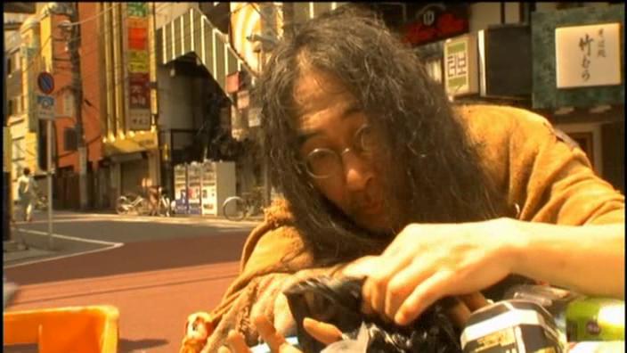 Muž jenže je mimo jiné bezdomovec, občas se někde mihne a z hlavního hrdinu udělá opravdového lva salonů